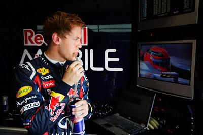 Себастьян Феттель наблюдает за Михаэлем Шумахером по телевизору на Гран-при Монако 2011