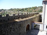 A pocos metros de la plaza, sobreviven algunos fragmentos de la antigua muralla