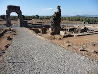 Además del arco, se pueden observar restos de las termas o los tres foros de la ciudad
