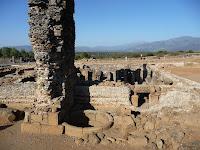 En los restos de los baños romanos se distingue perfectamente el horno y su chimenea