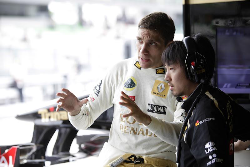Виталий Петров объясняет что-то своему гоночному инженеру Аяо Комацу во время свободных заездов на Гран-при Малайзии 2011