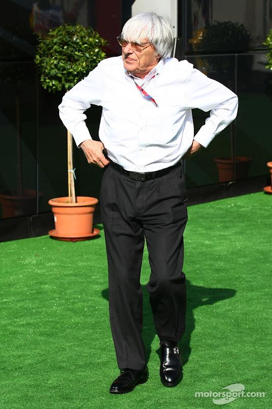 Берни Экклстоун поправляет штаны на Гран-при Испании 2011