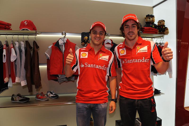 Фелипе Масса и Фернандо Алонсо в магазине мерчендайза Ferrari на Гран-при Испании 2011