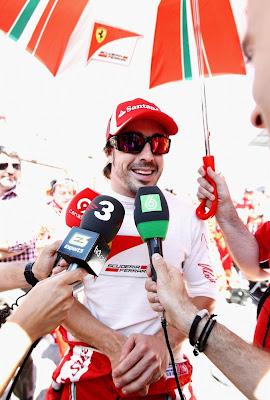 Фернандо Алонсо дает интервью на Гран-при Испании 2011