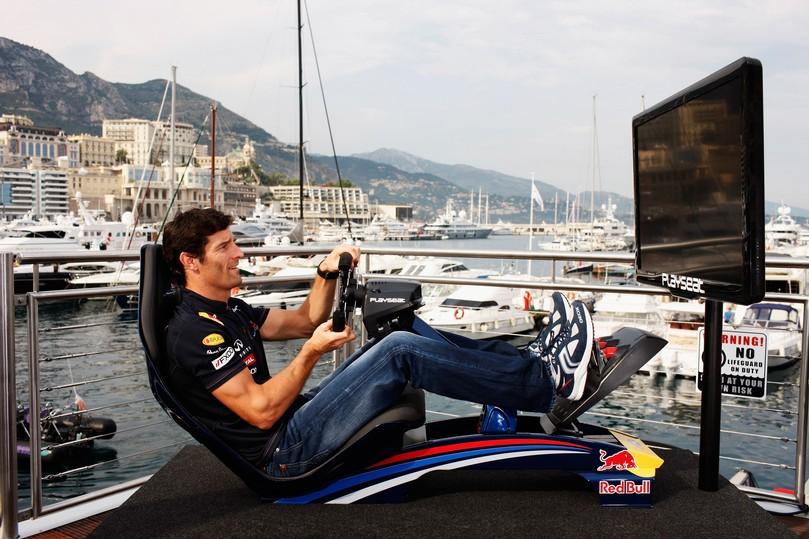 Марк Уэббер играет в гоночный симулятор на Гран-при Монако 2011