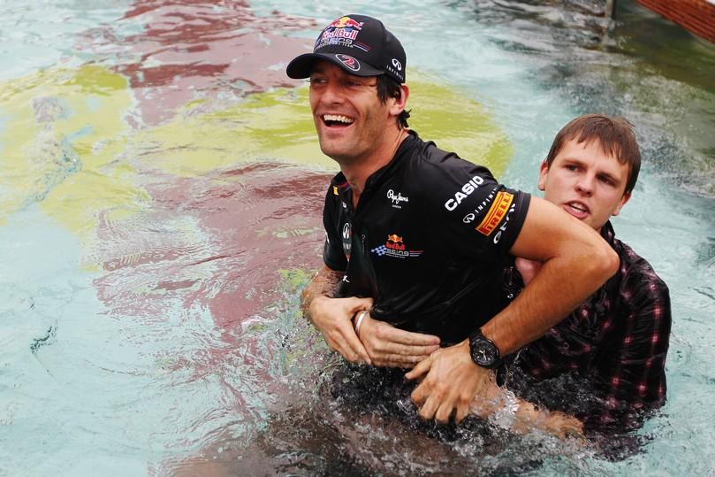 Джек Хамфри пытается утопить Марка Уэббера в бассейне Монте-Карло на Гран-при Монако 2011