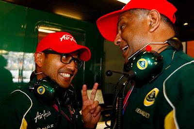 Риад Асмат и Тони Фернандес радуются выходу во второй сегмент квалификации на Гран-при Испании 2011