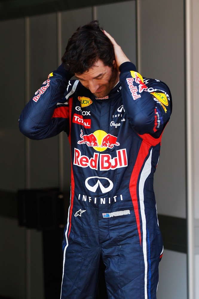 Марк Уэббер держится за затылок после квалификации на Гран-при Испании 2011