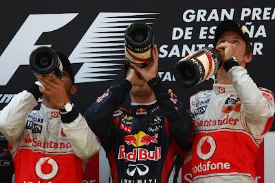 Льюис Хэмилтон Себастьян Феттель и Дженсон Баттон пьют шампанское на подиуме Гран-при Испании 2011