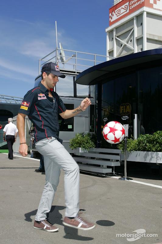 Хайме Альгерсуари набивает мяч в паддке Каталуньи на Гран-при Испании 2011
