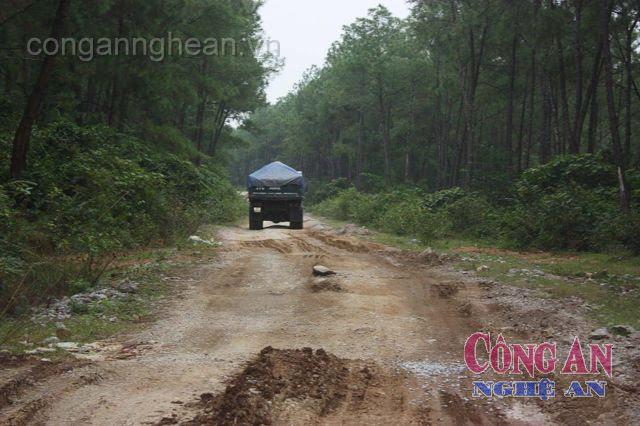 Đường chưa được bàn giao đã bị doanh nghiệp vận chuyển đá tàn phá