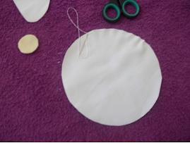 Passo 4: Faça um fuxico com o circulo maior de tecido que será o corpo.
