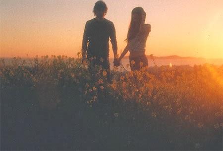 Nắm tay nhau đi dạo đẹp