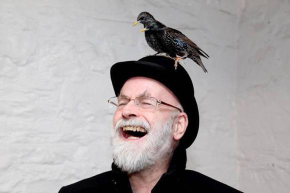Terry Pratchett ze szpakiem
