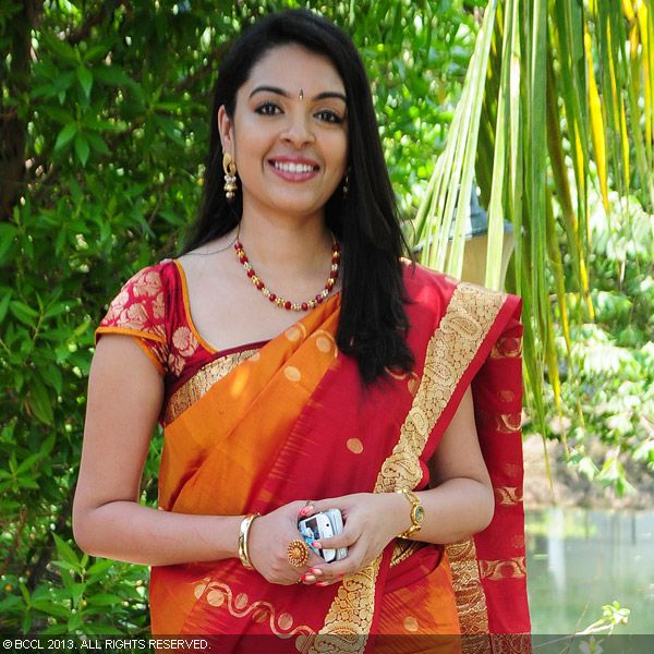 Radhika opted for a red saree while she came to attend the wedding ceremony of Vinu Mohan and Vidyalakshmi, held in Kochi.