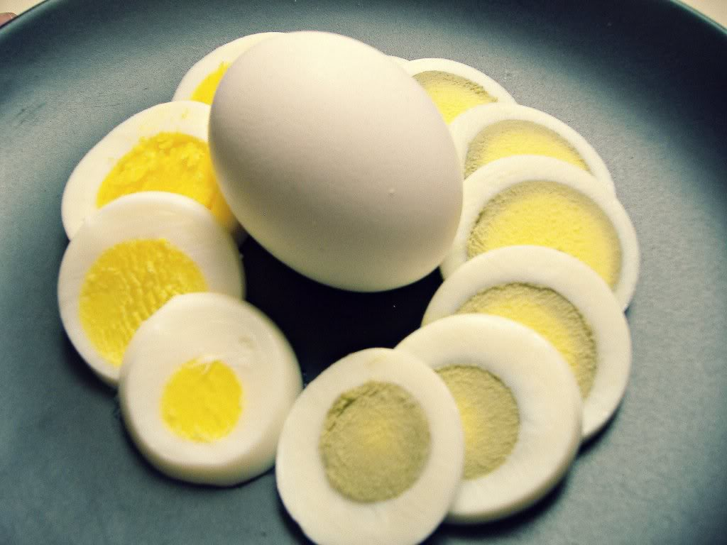 green-and-yellow-yolk-in-hard-boiled-eggs.jpg
