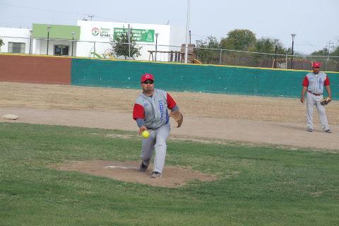 Ricardo Cárdenas de Cárdenas Trucking en el softbol sabatino