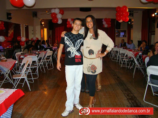 A profa Luciana Santos comemorou seu aniversário no baile que promove em seu espaço de dança, no Centro do Rio, toda segunda quarta-feira do mês. Compareceram amigos, alunos e colegas da Herbalife, empresa da qual é distribuidora. Houve apresentações de dança do ventre, de samba e, claro, a