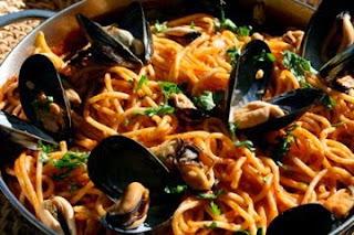 Μακαρόνια με μύδια και σάλτσα ντομάτας,Spaghetti with mussels and tomato sauce.