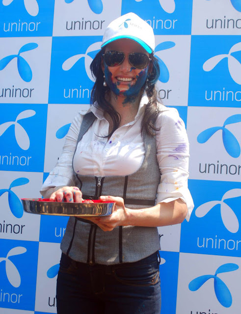 Yana Gupta Celebrates 2011 Holi With NGO Kids