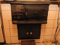 Den gamla vedspisen i köket har sparats. Men det finns även elektrisk spis.