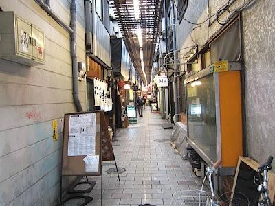 鳥町食堂街の中の通路