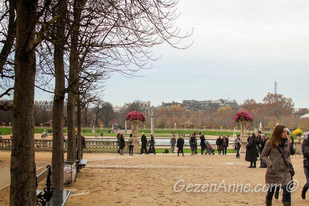 Luxembourg parkının bir ucundan gözüken Eiffel kulesi, Paris