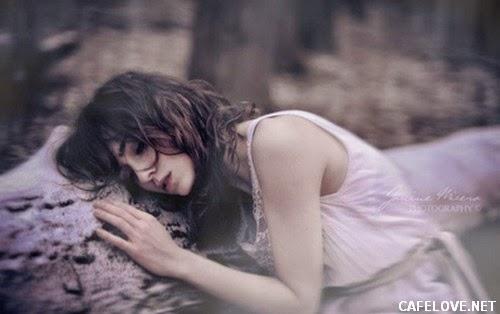 Hình ảnh cô gái khóc khi chia tay