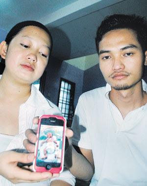 Cassindra (kiri) dan Jacbelin menunjukkan gambar Angel Cassandra sebelum meninggal dunia di rumah mereka di Johor Bahru, semalam