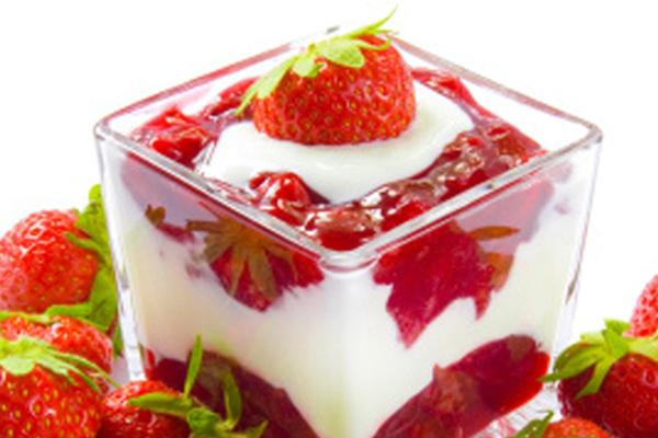 Pudim de Iogurte com Calda de Morango