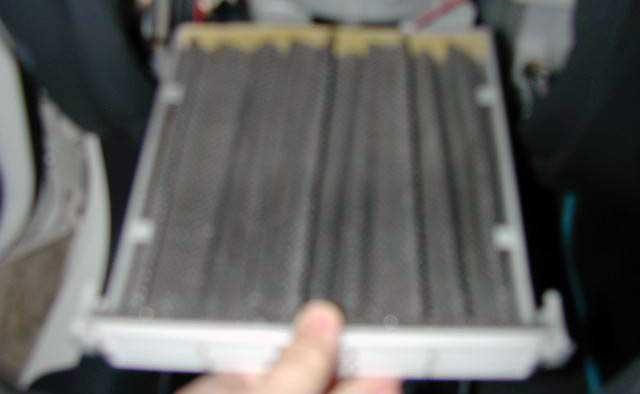 Вынимаем салонный фильтр