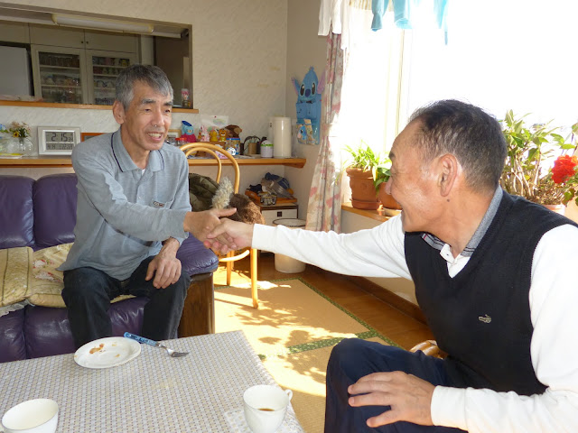 飯田さんと堅い握手をする信治さん