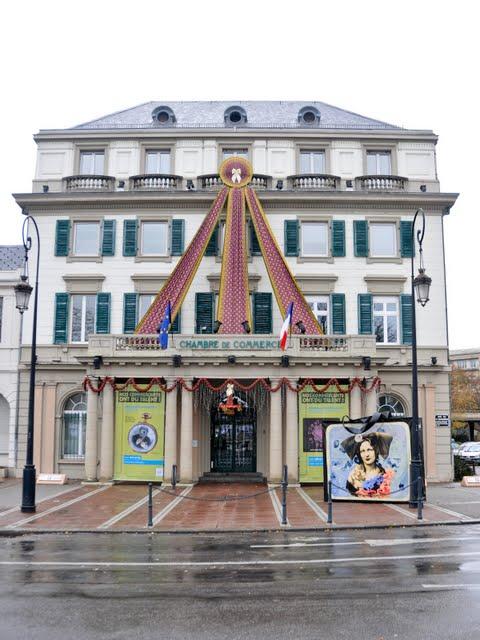 Festlich geschmückt ist auch die Industrie- und Handelskammer von Mulhouse gegenüber des Bahnhofs.