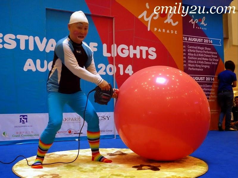 Au Young giant balloon