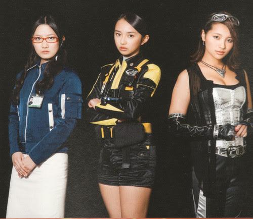 Komiya Arisa como Usami Youko, junto com Nishihira Fuuka e Misaki Ayame