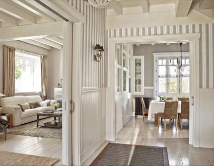 Casa tr s chic casa basca no estilo ingl s for Salones con escaleras interiores