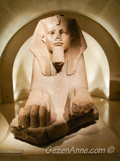 geniş yer ayrılmış Mısır eserlerinden, Louvre Müzesi Paris