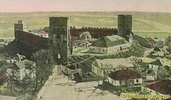 Так виглядала пам'ятка на початку століття. Праворуч біля замку.