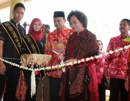 Meutia Hatta, anggota Dewan Pertimbangan Presiden (Watimpres) Bidang Pendidikan dan Kebudayaan, meresmikan Gelanggang Olahraga Kabupaten Ngawi