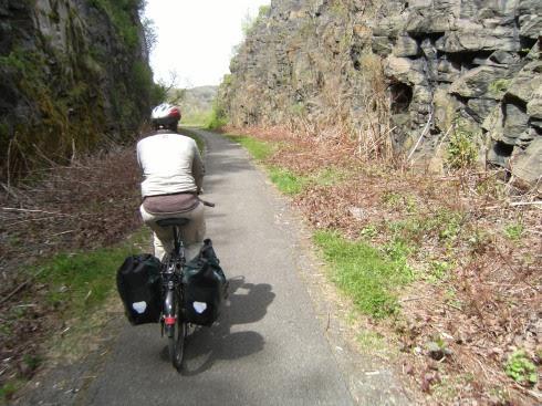 In Fels geschlagen: Erie Canal Trailway auf ehemaligem Bahndamm bei Herkimer, New York State