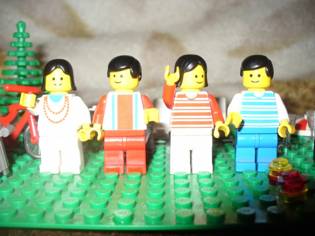 1472%2520Vacation%2520House%2520-%2520minifigs.JPG