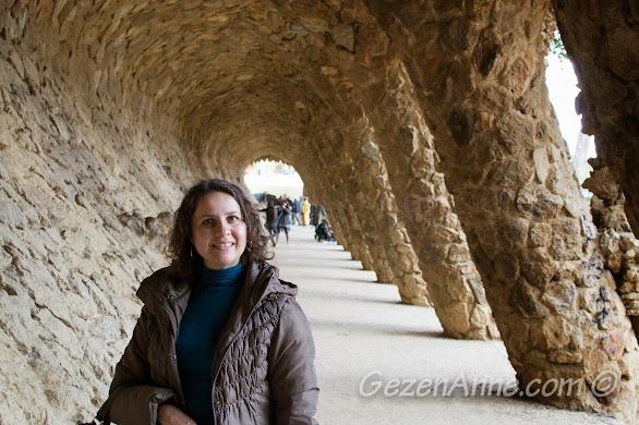yüz sütunlu yolda yürürken, Park Güell Barselona