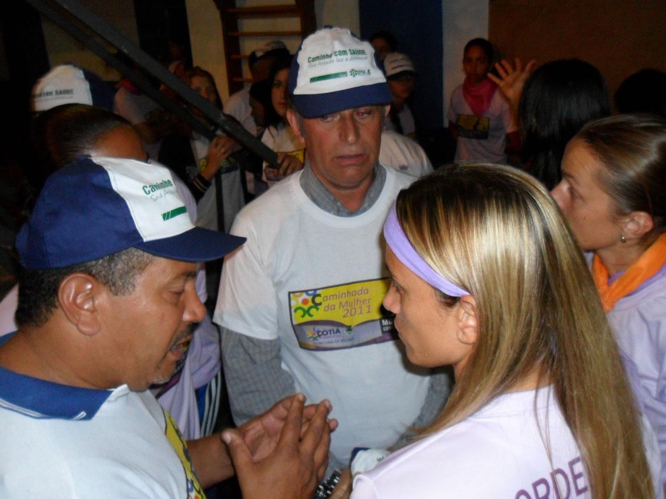 E as garotas da Kurdana mostram que sabem fazer política. Aproveitaram a  ocasião para entrar em contato com o prefeito cotiano Carlão Camargo. f61a52c0abb41