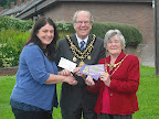 Mayor presents cash to charity