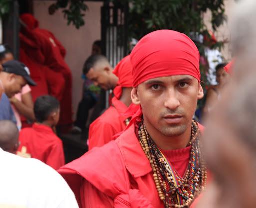 Hombre joven en el día de Corpus Christi en San Francisco de Yare, Municipio Bolivar, Miranda Venezuela