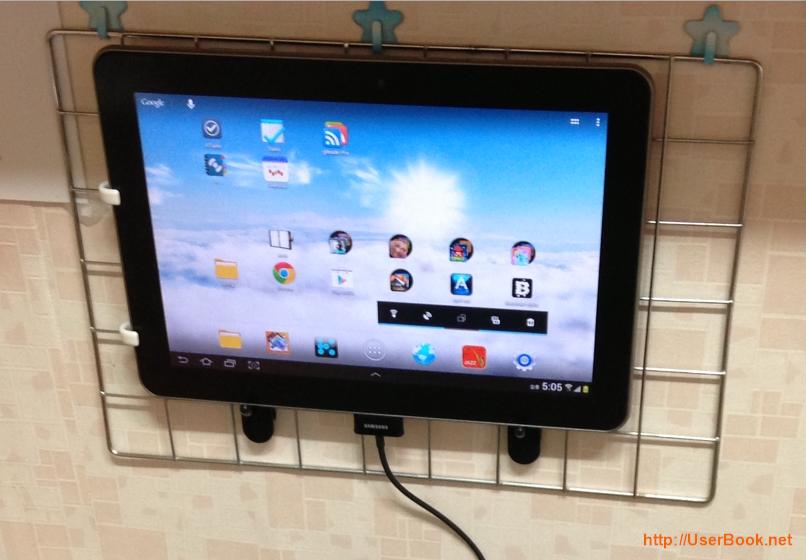 사무실 파티션에 네트망 태블릿 거치대로 갤럭시탭을 부착한 모습