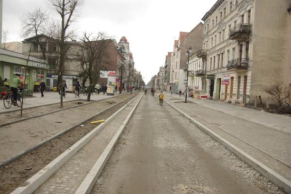 Przy nowych inwestycjach, drogi się delikatnie zawęża, dzięki czemu znajduje się miejsce i dla parkujących i dla pieszych i rowerzystów