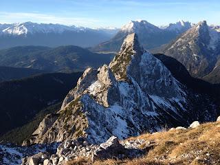 """Mittlere Arnspitze und Arnplattenspitze von der Großen Arnspitze aus. Im Hintergrund Hohe Munde und <a href=""""index.php?p=1051"""">Gehrenspitze</a>"""