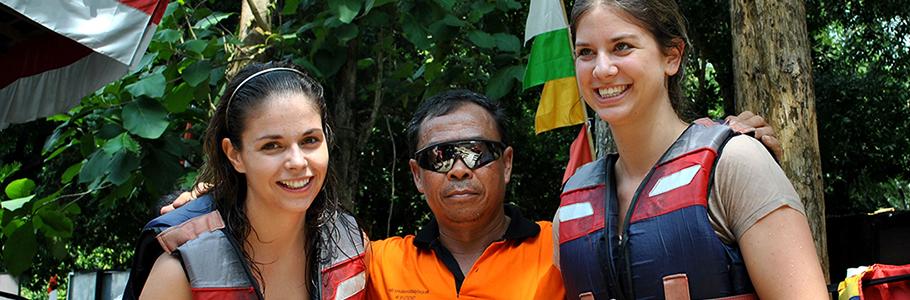 Pak Tukijo sang juru kunci Goa Pindul melayani foto bersama fans Mancanegaranya