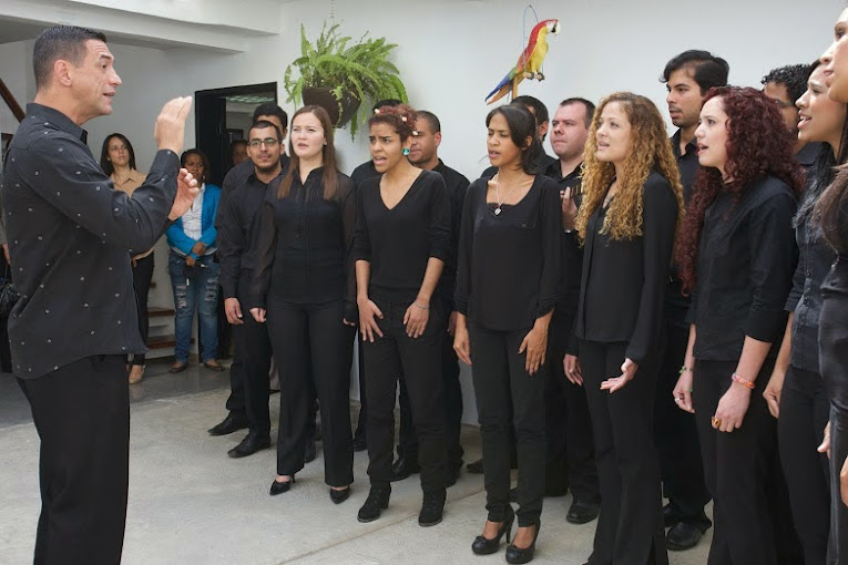 El Coro Juvenil del Conservatorio Simón Bolívar deleitó a los invitados con un popurrí de canciones, entre las que destacaron La Restinga, de Otilio Galíndez y Allá va un encobijado, de Alberto Arvelo